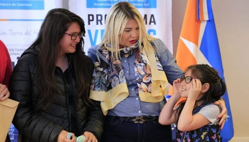 La gobernadora Bertone junto a una niña que recibió sus lentes.