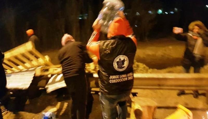 Violento desalojo de petroleros a docentes en Chubut (Foto Diario de Río Negro)