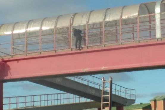 Mujer colgada de los puentes de la Autovía a punto de ser salvada por personal policial.