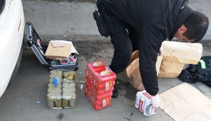 Los policías secuestraron del auto varios packs de cervezas.