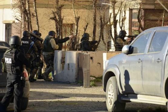 Los efectivos a punto de allanar en los 400 Departamentos. (Foto: C.Robledo)