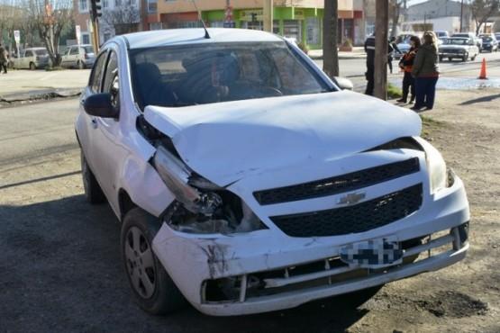 El Chevrolet Agile quedó con importantes daños materiales tras colisionar (Foto: C.Robledo)