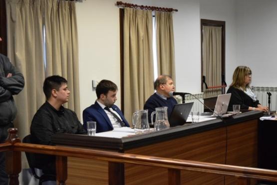 Isaías Garnica junto a sus defensores, escucha la elevación a juicio.
