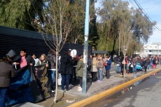 La comunidad educativa pidió por sus sueldos con una fila simbólica al Banco del Chubut
