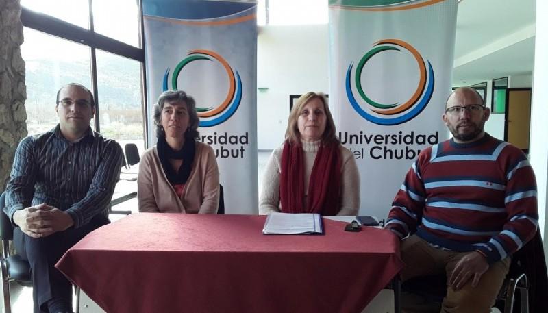 Directivos de la Universidad de Chubut tras el reconocimiento