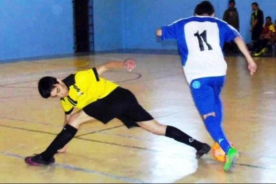 Momento de definiciones en el futsal de liga.