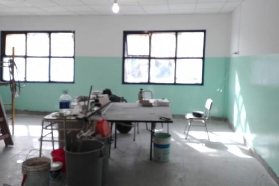 Trabajos de pintura en el aula incendiada.