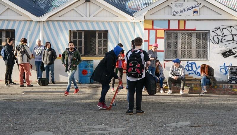 Los chicos se acercan a la Casa de la Juventud.