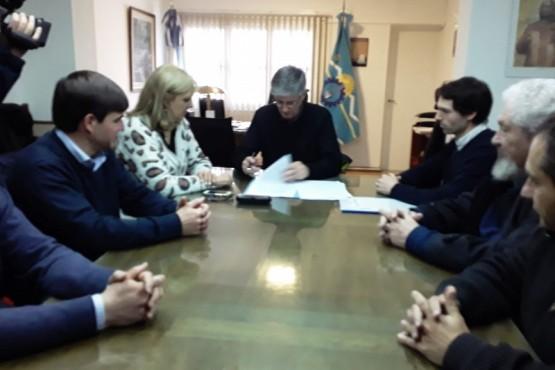 Firma de convenio entre el municipio y la estancia.