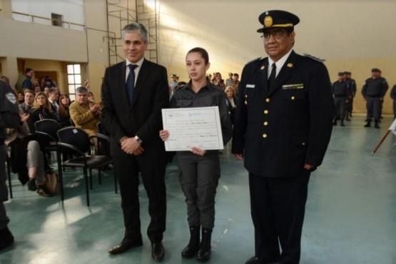 Pablo González junto a integrante del Servicio Penitenciario Provincial.