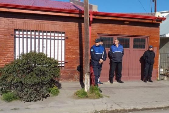 La Policía se encuentra en el lugar donde fue encontrada sin vida la mujer e inspecciona el lugar. (Foto: C. Robledo)