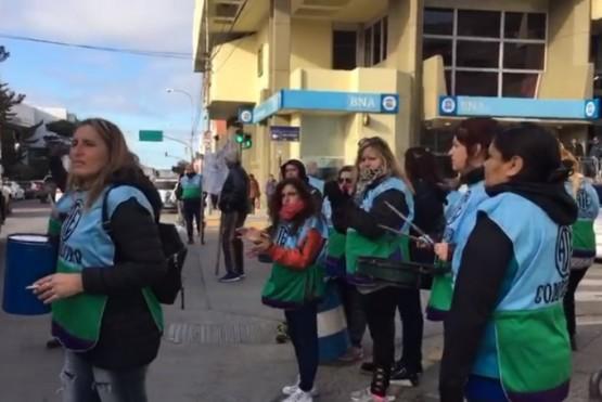 Afiliados de ATE reclamando en toda la provincia de Chubut.