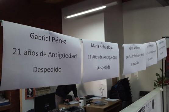 Carteles con los nombres de los despedidos.
