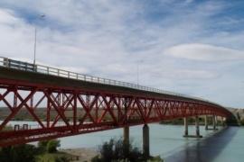 Corte parcial en el puente sobre Río Santa Cruz