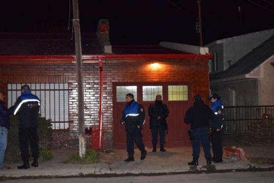Hasta entrada la madrugada el personal policial trabajó en la casa de la víctima.
