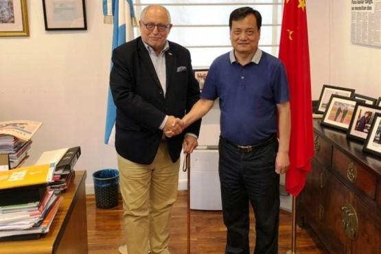 El rector de la NCWU, profesor Liu Wenkai y el embajador Diego Guelar.