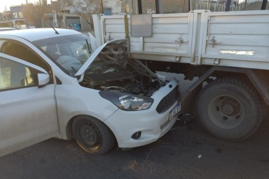 Así quedó el Ford Ka luego de chocar el camión.