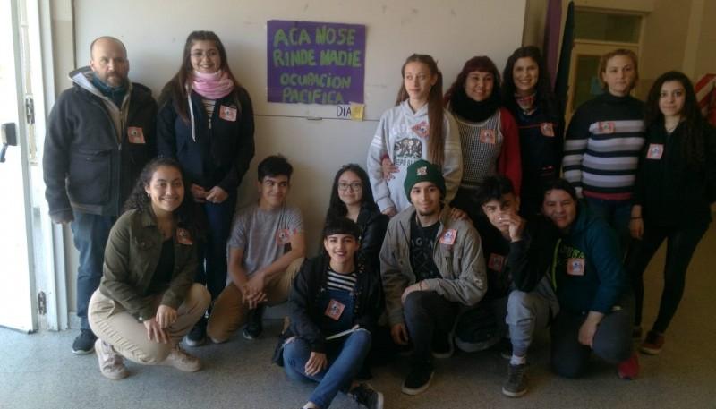 Alumnos unidos en el escuelazo que tiene lugar en Rawson.