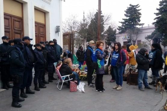 Los estatales apostados y la policía custodia las puertas de la gobernación.