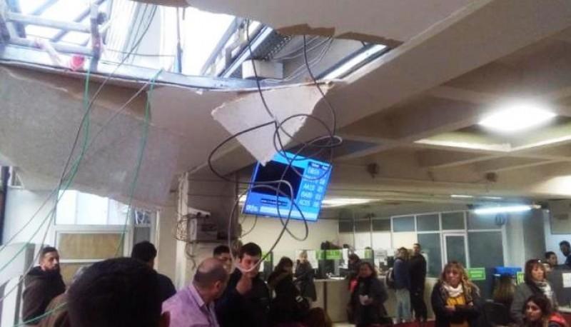 Parte del techo se desmoronó al caer el trabajador.