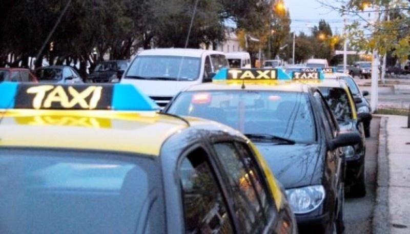 Taxistas piden más controles contra transportes ilegales en Río Gallegos.
