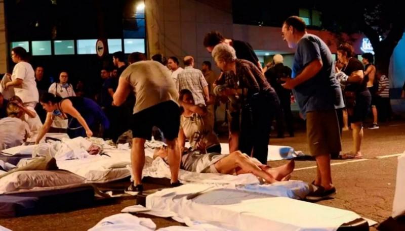 Asisten a heridos ante el incendio en el hospital de Río de Janeiro.