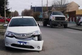 Un camión municipal chocó un auto estacionado