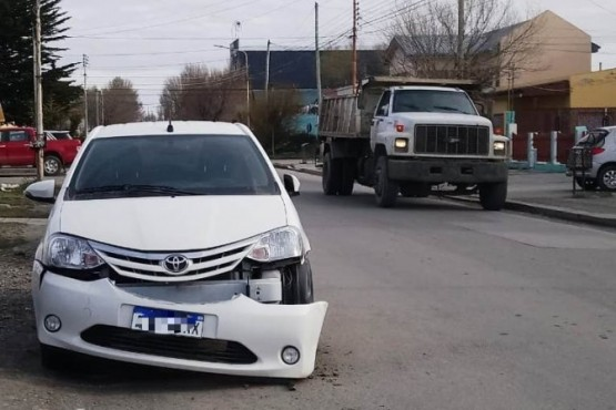 El paragolpes del Toyota Etios quedó colgando. (Foto: C.Robledo)