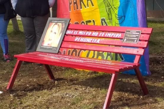 El banco rojo en memoria de Marcela Chocobar. (Foto C.R.)