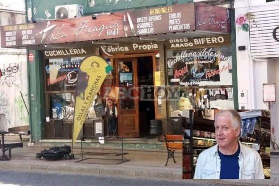 Miguel Ángel Zuvic junto al local donde trabajaba. (ABCHoy)