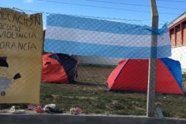 Padres acampan en la escuela ante la falta de clases