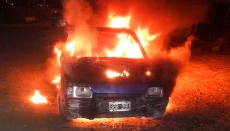 Vehiculo incendiado en la localidad de Caleta Olivia.