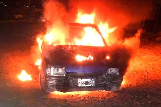 Las llamas consumieron el rodado en su totalidad. (Foto: La Vanguardia Noticias)