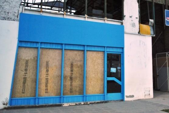 Los ladrones rompieron los vidrios del comercio para ingresar y perpetuar el robo (J.C. Cattaneo)