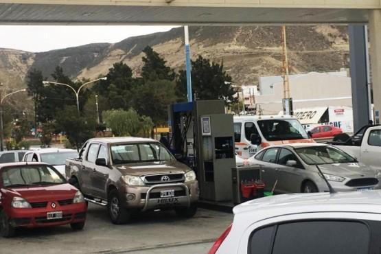 Los autos, por miedo al desabastecimiento, cargan combustible.