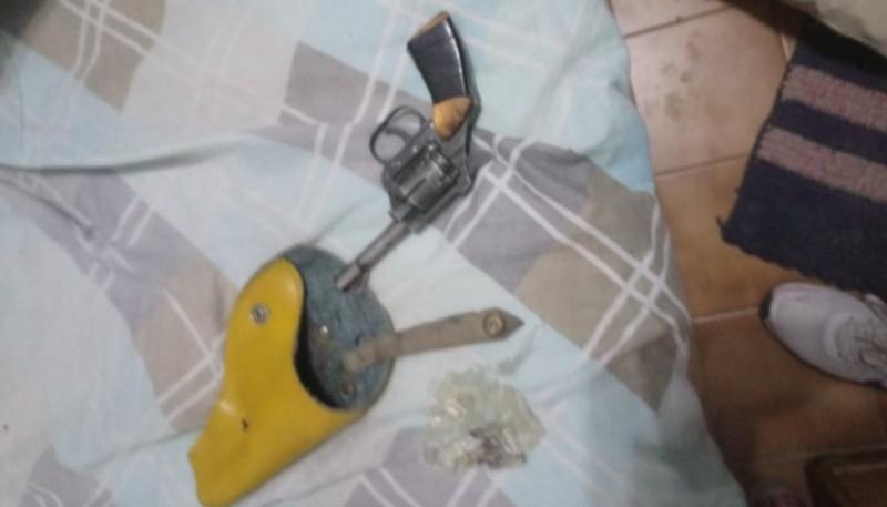 Se secuestraron armas, teléfonos celulares y otros elementos de interés para la causa.