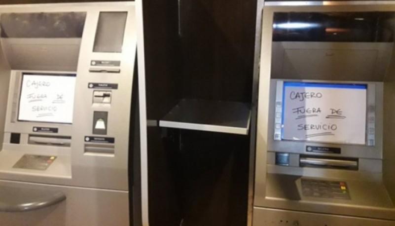 Así se mantuvieron por algunas horas los cajeros automáticos de la sucursal Río Mayo del Banco Chubut.