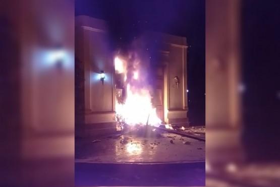 Casa de Gobierno en llamas.