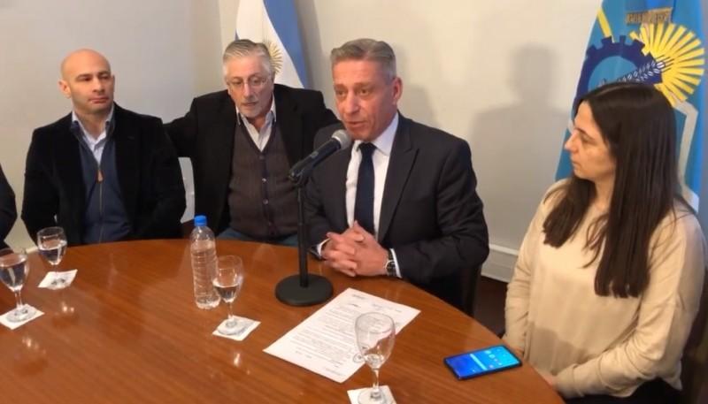 Arcioni habló acompañado de su gabinete.