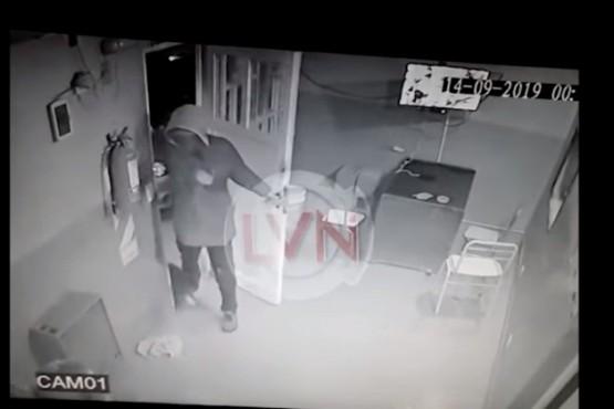 Momento que el asaltante ingresa al local. (foto LVN)