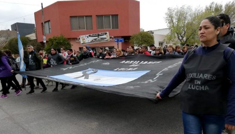 Docentes en la marcha del silencio en Rawson.