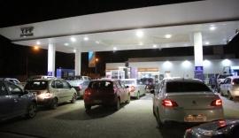 Filas de vehículos para cargar nafta antes del aumento