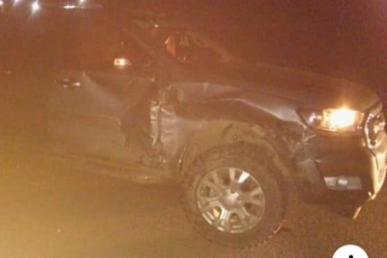 Camioneta dañada en un lateral.