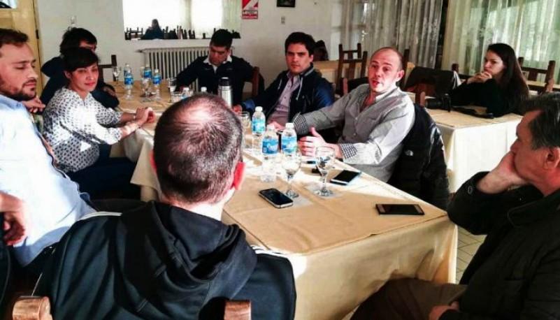Reunión de funcionarios de ambos municipios.