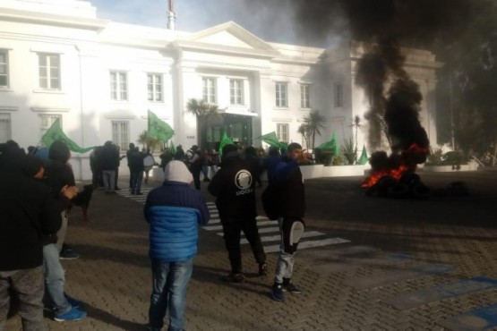 Los trabajadores afuera de la sede de YPF en Km 3.