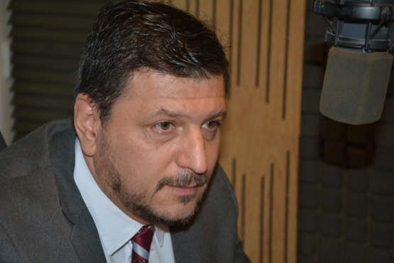 El candidato a intendente, Mauricio Gómez Bull en los estudios de Tiempo FM (foto C.R.)