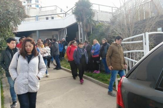 Una gran cantidad de personas despidieron a las docentes chubutenses.