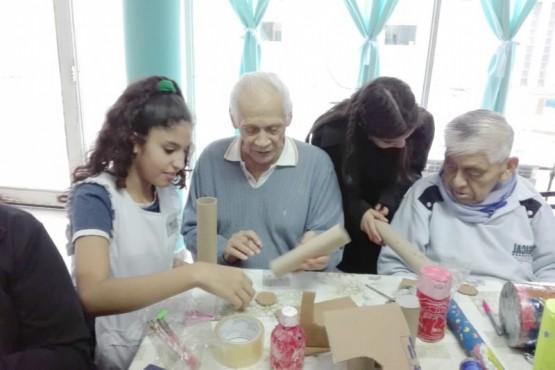 """Alumnos enseñándole a adultos mayores sobre """"Descubriendo SONI2""""."""