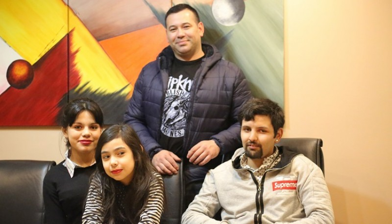 Roberto junto a sus hijos que crearon CamiCan.