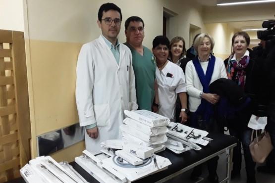 Personal del hospital de Esquel junto a los instrumentos recibidos.